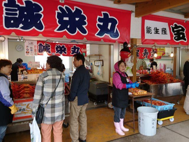 各店とも山盛りにカニを並べて威勢良く売っています。安いのは500円~大きいのでも1500円くらい。 _道の駅 マリンドリーム能生