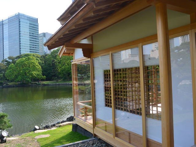池の畔に建つ新築茶屋_燕の御茶屋(浜離宮恩賜庭園)