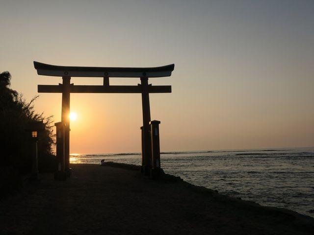 鳥居と朝日_青島神社
