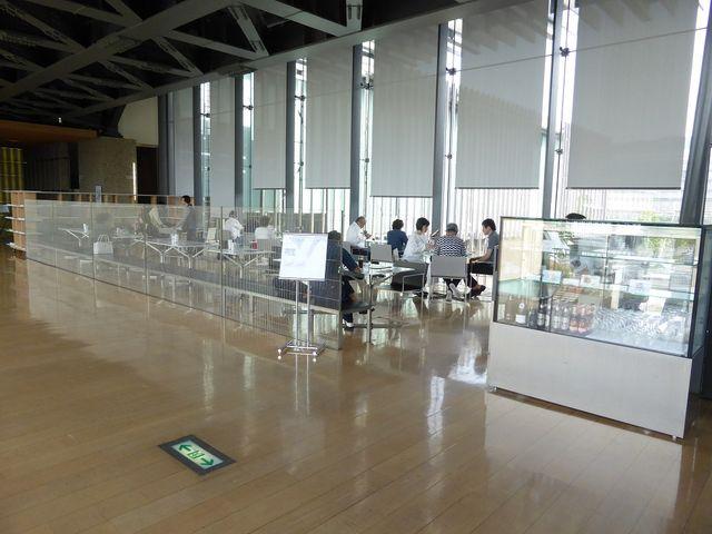廊下にとどまる_長崎県美術館カフェ