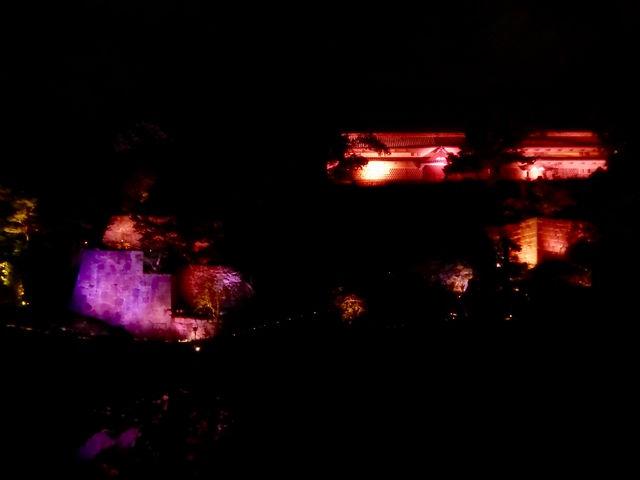 ライトアップに浮かび上がる三十間長屋_金沢城三十間長屋