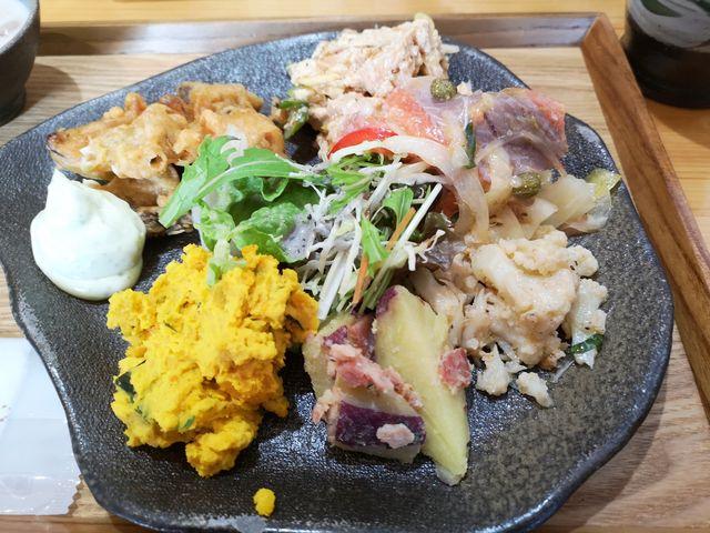 前菜、ほぼ全種取りました。左上の天ぷらが美味。_森のレストラン