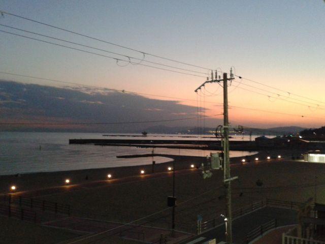 駅入り口からの眺め_須磨海水浴場