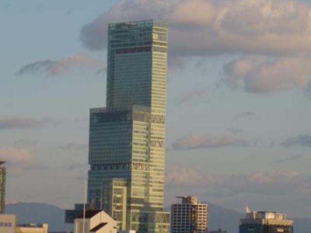 大阪市内で際立つ高層ビル_あべのハルカス