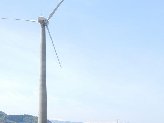 風力発電機の向こうには雪山_道の駅 うみてらす名立