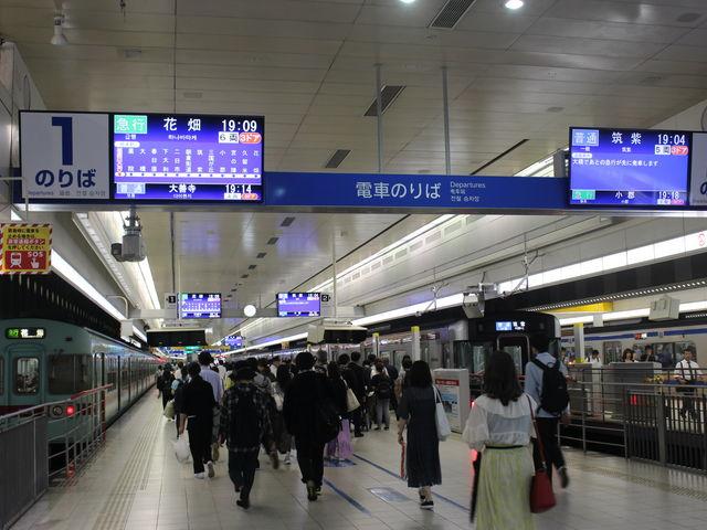 天神駅ホーム 次々に電車が発車します_西鉄福岡(天神)駅