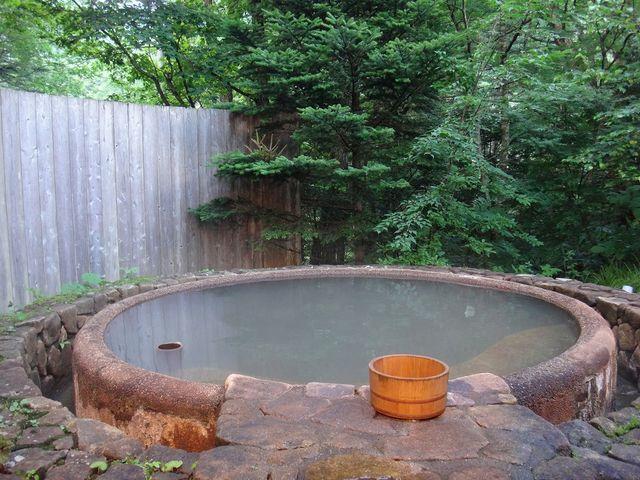 木々に囲まれた露天風呂。濁り湯です。_平湯温泉