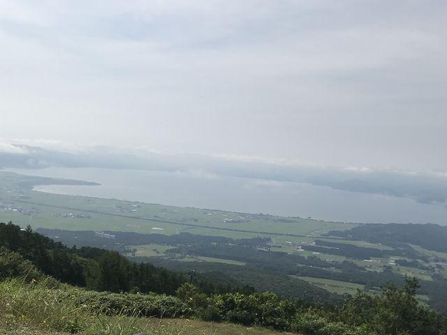 ロープウェイの駅からの猪苗代湖の眺め_磐梯山