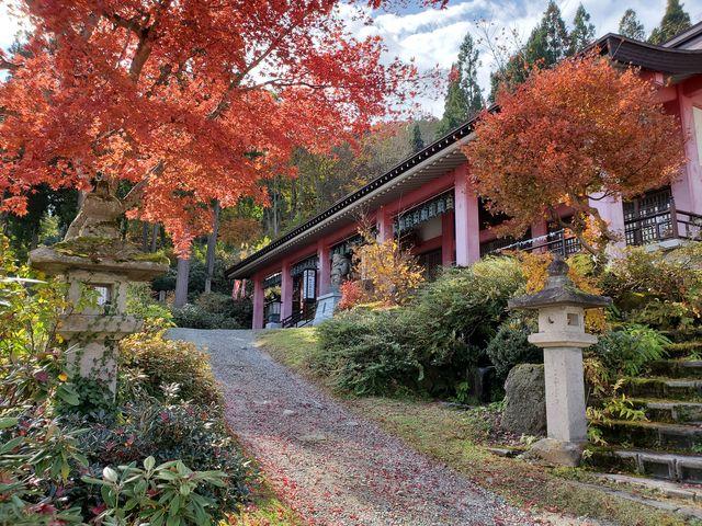 紅葉と本堂も絵になります。_甲子大黒天本山