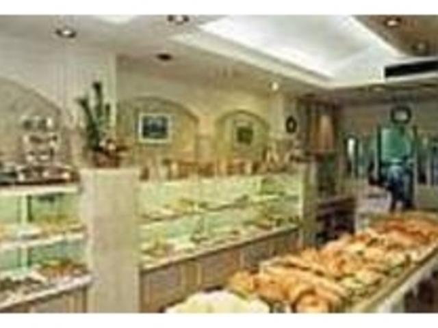 元気で明るいスタッフで店内も活気がある_栄軒ベーカリー