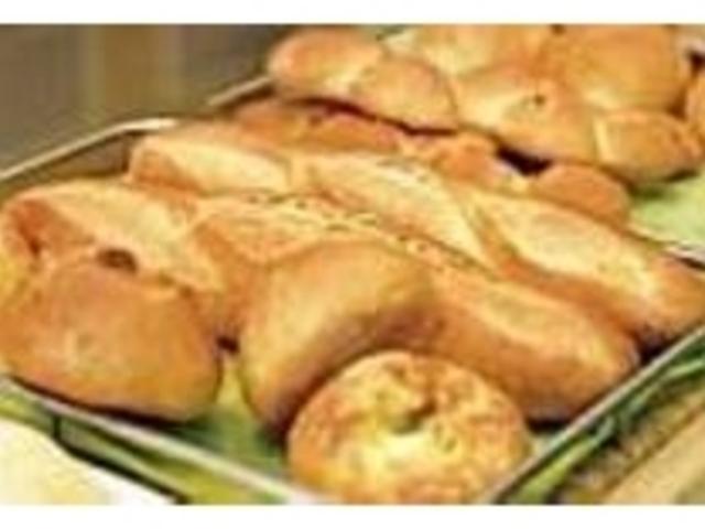 焼きたてのパンが揃うのは11時30分頃_栄軒ベーカリー
