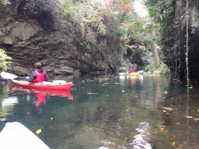 シーカヤックでのツアー風景 モデルの女性はこの日初めてカヌーを体験。_カヌーリゾートたまよど