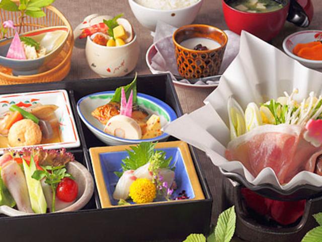 温泉弁当:地元の幸や名水を利用した季節の和食弁当です。_名苑と名水の宿 梅園