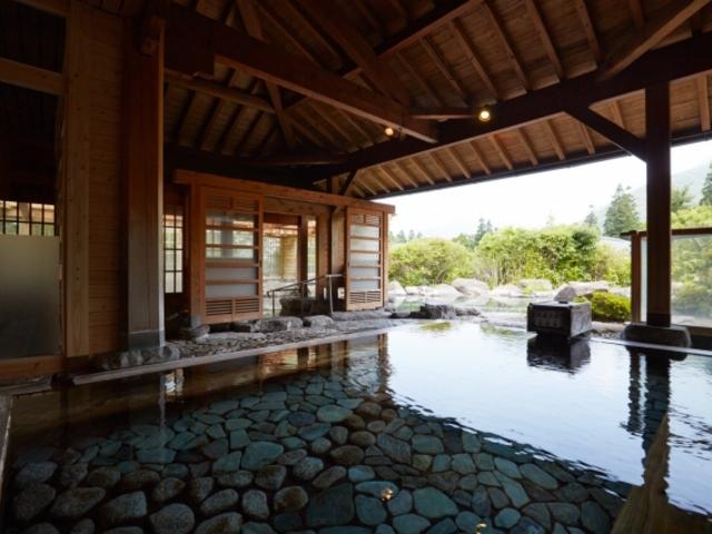 大浴場:檜の香りを感じる檜風呂で、由布院の景色をご覧いただける贅沢なお風呂です。_名苑と名水の宿 梅園