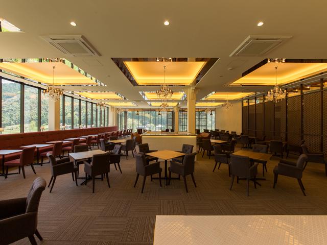 ガラス張りで解放感のある2階レストラン_大江ノ郷ヴィレッジ
