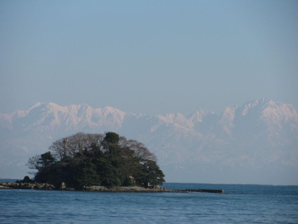海越しに望む立山連峰