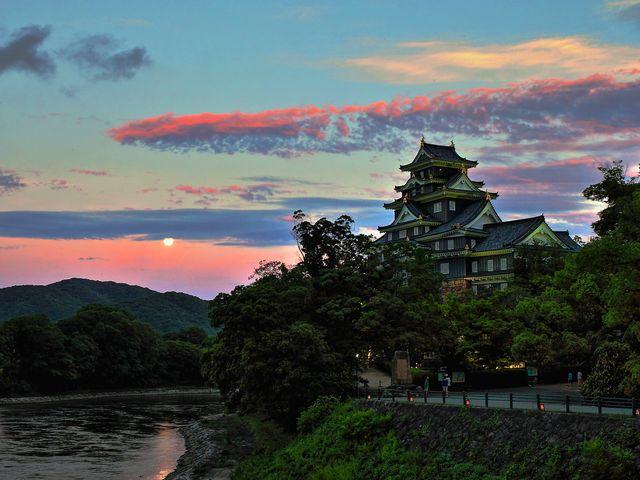岡山城 夕暮れの烏城と満月の月がとても綺麗でした。_岡山後楽園