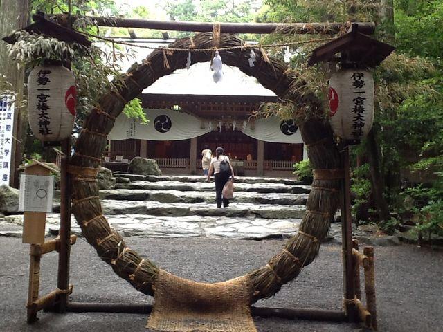 6月30日、夏越の大祓式が行われる。拝殿前に設置された茅の輪。_椿大神社