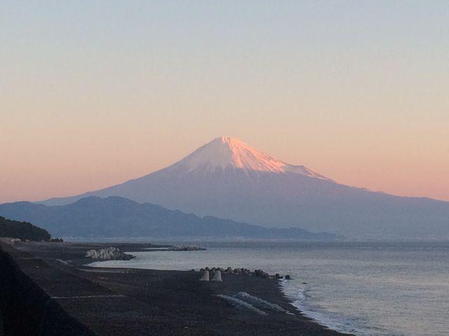 神々しく浮かび上がる秀峰富士山_三保松原