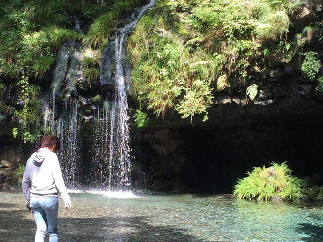 滝壺付近で水遊びできます。_陣馬の滝