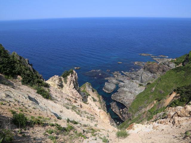 女郎子岩へ向かう途中の散策路から絶景が望めます。_積丹岬