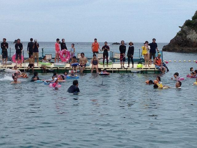 いけすまで行けば鯨を至近距離で見ることができます_くじら浜海水浴場