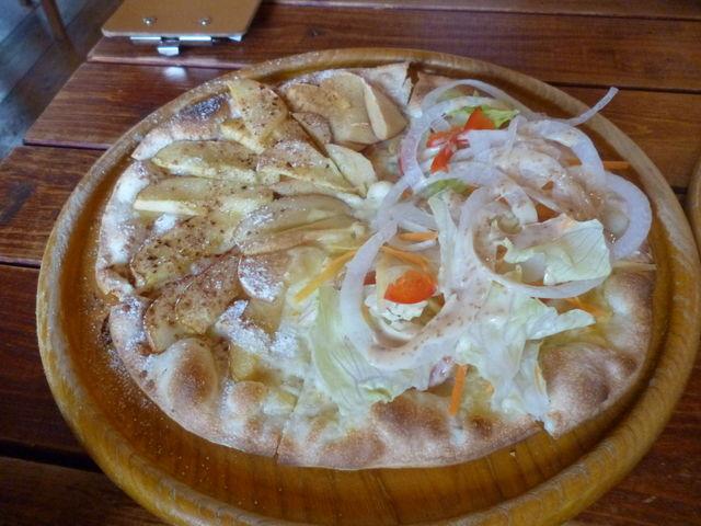 リンゴのピザとサラダピザのハーフ&ハーフ_石釜ピザ オルトラーナ