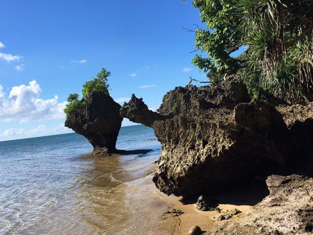 干潮時、どこまでも砂浜を歩いていけます_伊原間サビチ鍾乳洞