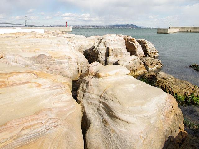 神秘的な侵食模様の岩肌_絵島