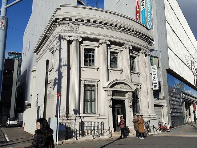 まわりは近代的ビルばかりです_ミナミ株式会社旧川崎貯蓄銀行福島出張所