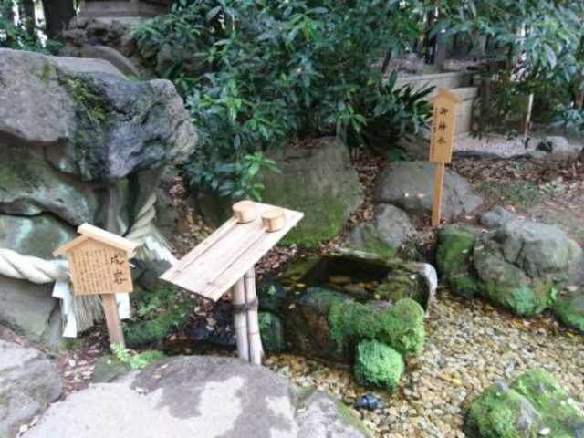 御神水と戌岩_川越氷川神社