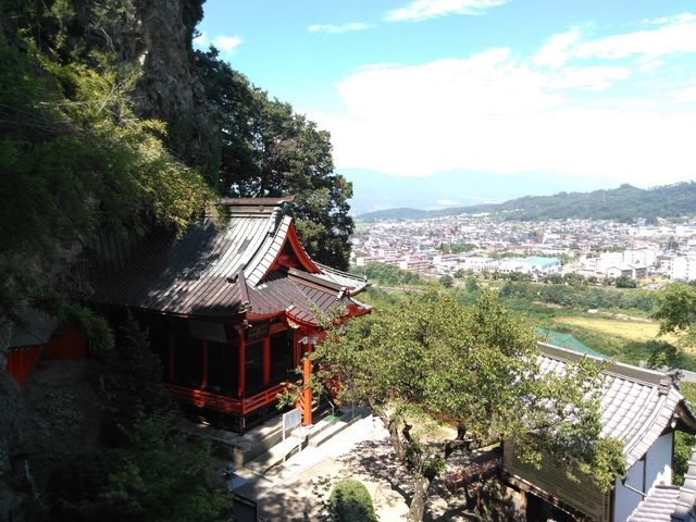 階段を上がる価値があります。_龍洞山宝蔵寺