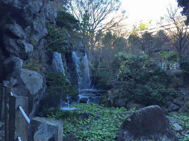 滝もあります_熱海梅園内初川清流