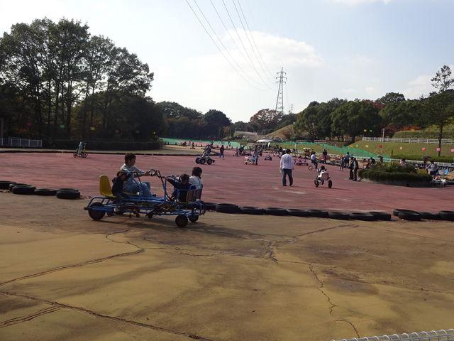 おもしろ自転車に乗る風景_播磨中央公園ふじいでんこうさいくるらんど
