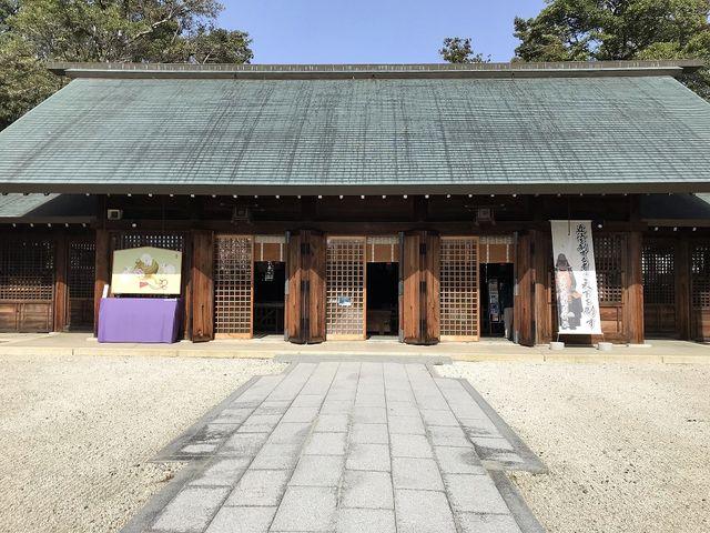 拝殿(3つ並んだ格子戸に味わいがあります)_滋賀縣護國神社