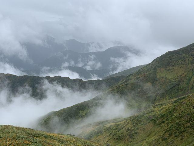 天気はいまひとつでも迫力はある_越後駒ヶ岳・枝折峠登山口
