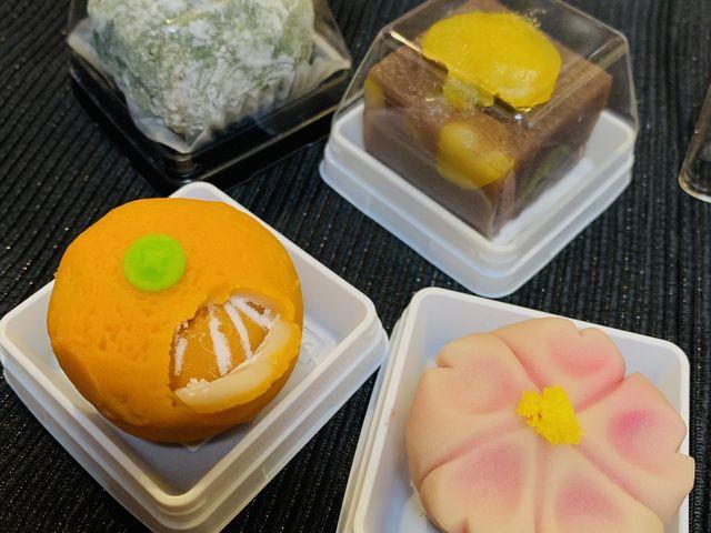 手前2つが自分で作ったもので、奥の2つがお土産でいただいたお菓子です。_中原松月堂