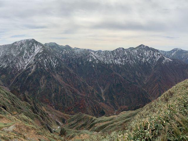 登山道から眺めた谷川連峰。紅葉と新雪のコラボが最高です。_茂倉岳・茂倉新道登山口