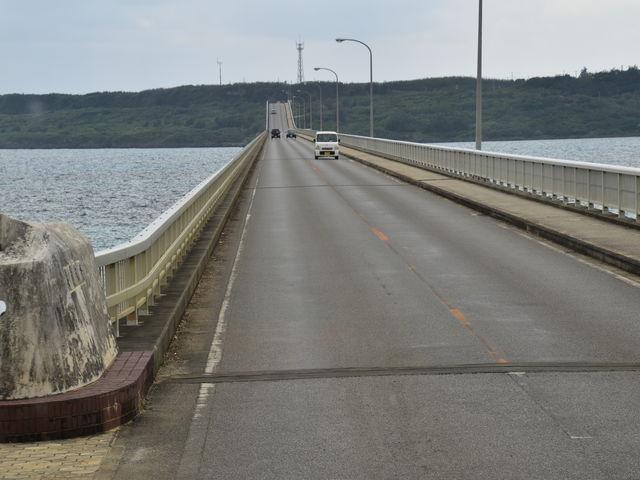 海に突き出た橋_来間大橋