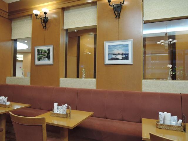 店内 絵画も飾られ、雰囲気がいい_ミュージアムカフェ