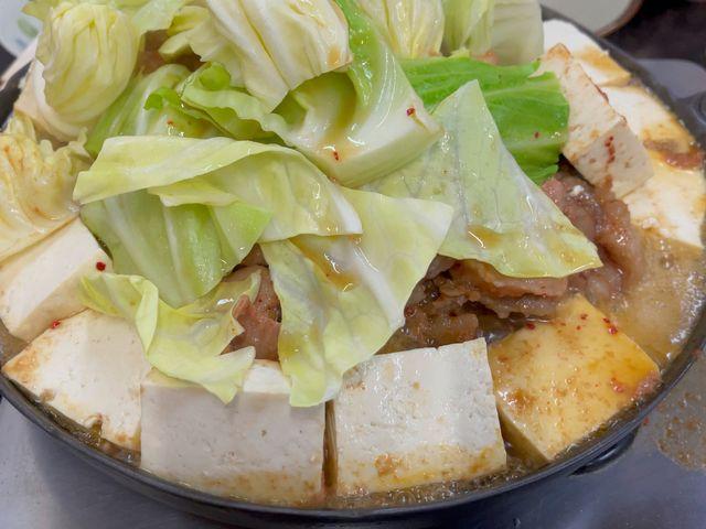 豆腐とキャベツでぐつぐつと焼き上げていきます。 にんにくのタレがたまらない!!_鹿角ホルモンホルモン幸楽