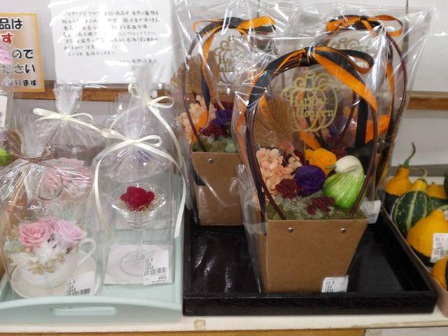 オーソドックスな薔薇のアレンジ、ハロウィン仕様どちらもすてき!_JA千葉みらい農産物直売所しょいか~ご習志野店