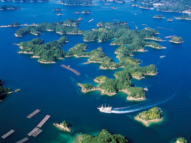 九十九島は、佐世保港の外側から北へ25kmにわたり大小208の島々が点在する海域のことで、島の密度は日本一といわれています。_九十九島パールシーリゾート