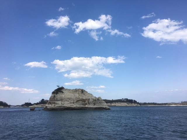 そびえ立つ「陰田島」_松島島巡り観光船