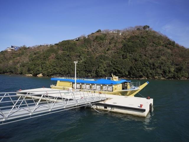 桟橋を渡って乗船していただきます。_屋形船 かがやき屋
