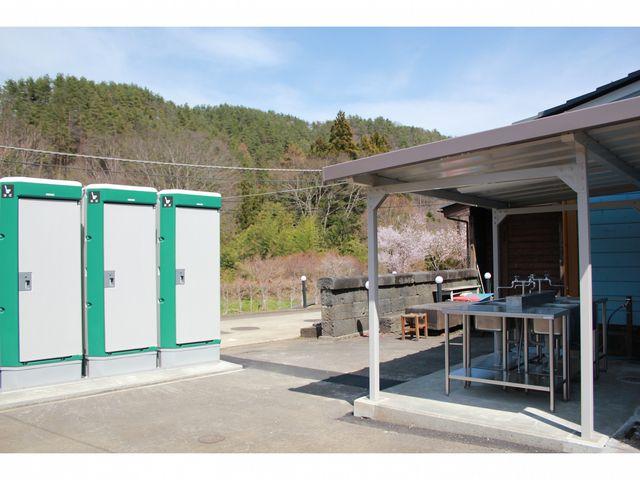 洋式トイレと炊事場_都留市戸沢の森和みの里キャンプ場