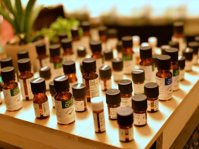 お好みの精油をお選びください。約40種類以上、取り揃えております。 お好きな香りを見つけてください♪ブレンドすることも可能です。_アロマトリートメントプライベートサロンCome to do