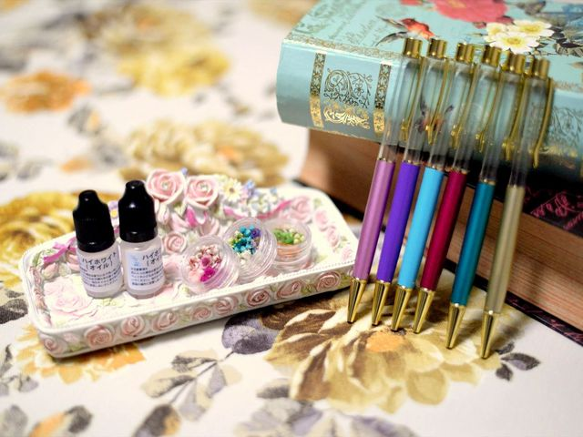 実用的なため、プレゼントに喜ばれるハーバリウムボールペン。 様々色をご用意しております。世界にたった一つのボールペンを楽しく作りましょう♪_アロマトリートメントプライベートサロンCome to do