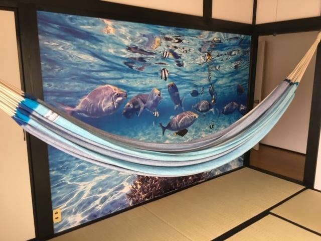 Room Fは 海中の壁面になっていますので、ハンモックで揺られると海の中にいる感じです!_オアシス和田浦