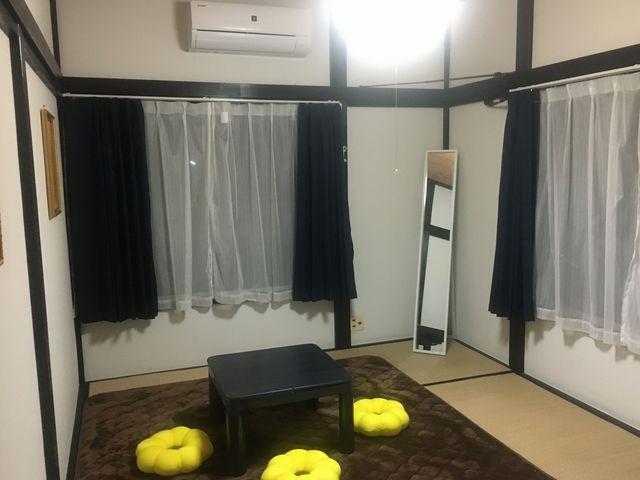 館内は白と黒のシンプルなデザインで、部屋ごとにアクセントカラーのクッションでおくつろぎいただけます。_オアシス和田浦